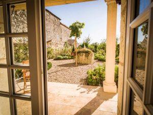 la-maison-d-aux-chambre-jardin-window-la-romieu-chambres-hotes
